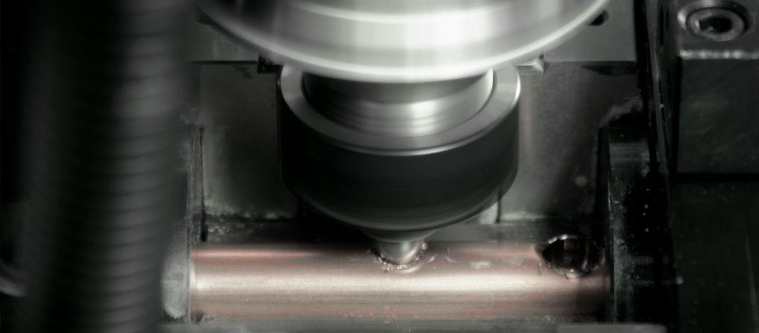 El taladro de flujo en la dobladora de tubos a partir de bobina