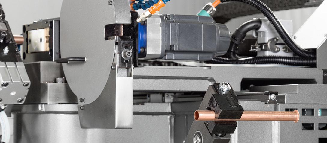 Sistema de descarga automática para la máquina de sierra y la deformadora de tubos a partir de bobina