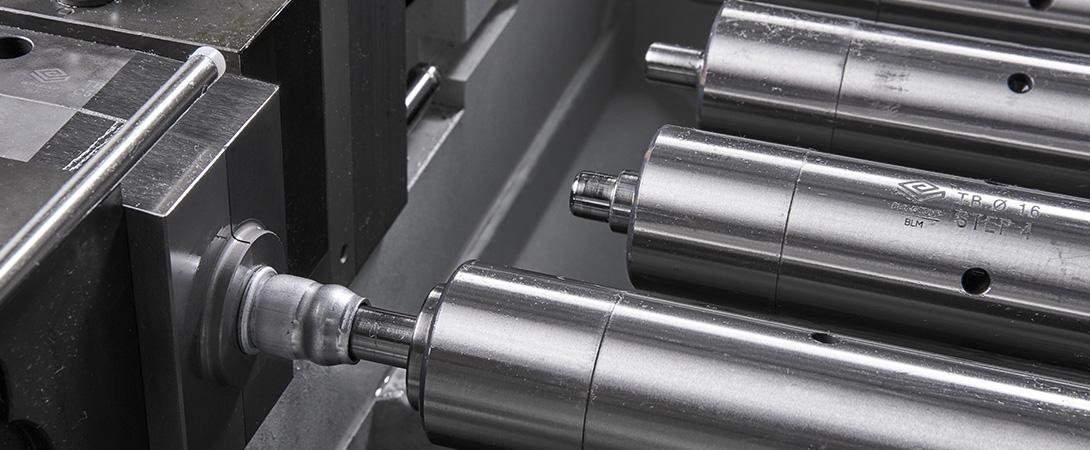 Rohrumformmaschine mit Einzelsteuerung der Stempel