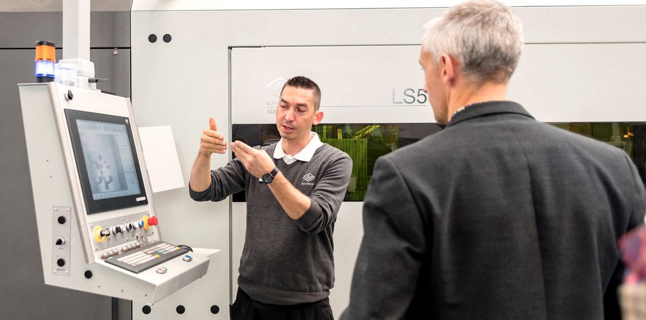 El técnico explica la configuración de la nueva máquina-herramienta