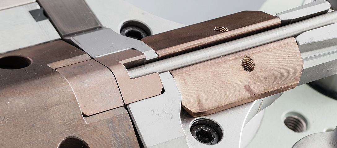 Il dispositivo di taglio è gestito da un asse con possibilità di programmare direzione e corsa, per garantire qualità estetica e possibilità di accavallamento su pezzi chiusi.